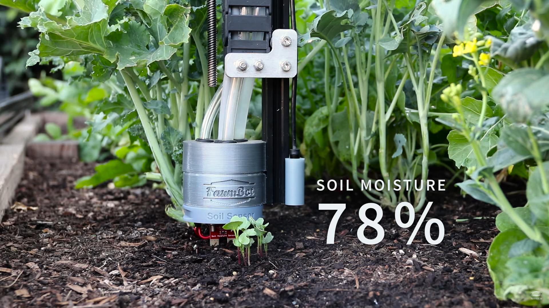 Robotický záhradník FarmBot meria vlhkosť pôdy