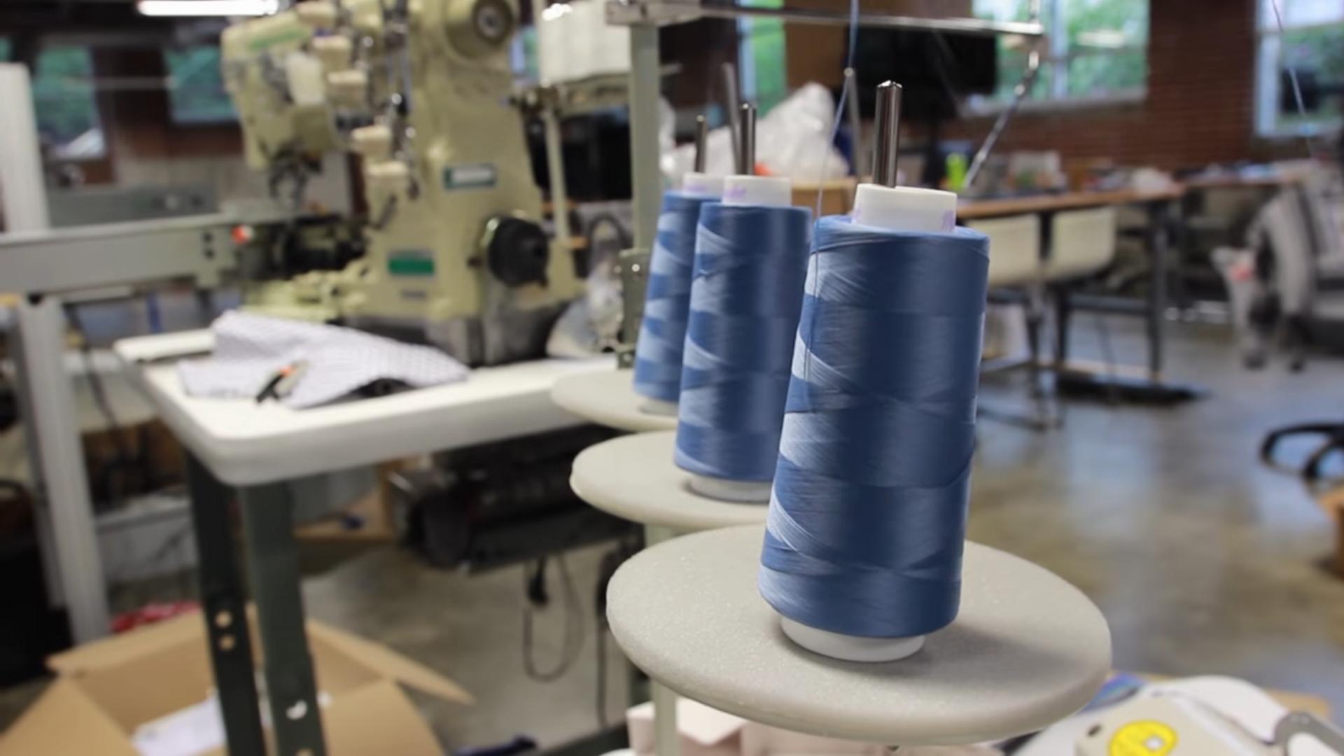 Robot šijúci oblečenie (na obrázku sú zaostrené nite)