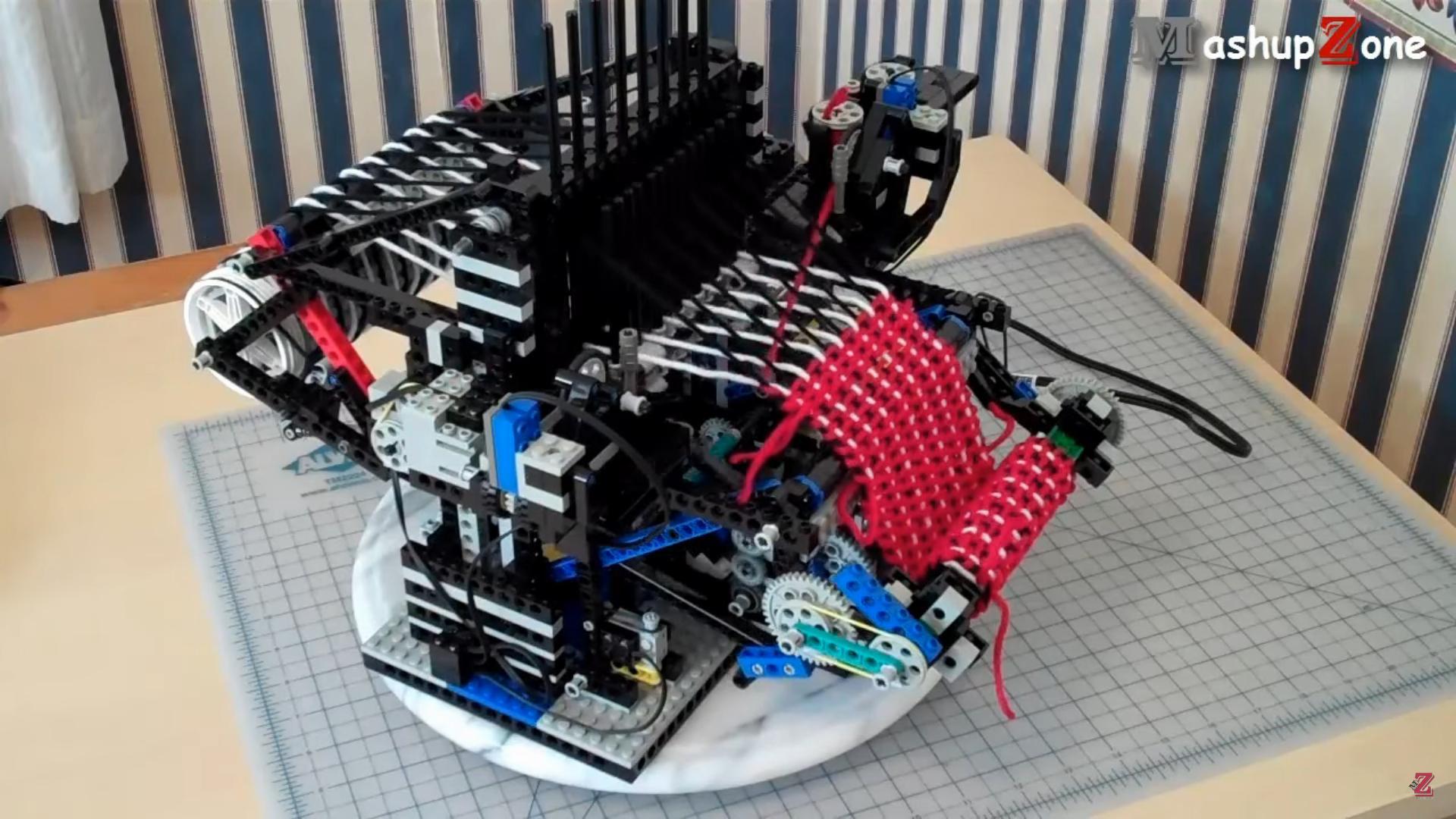 Štrikujúci stroj postavený z lega
