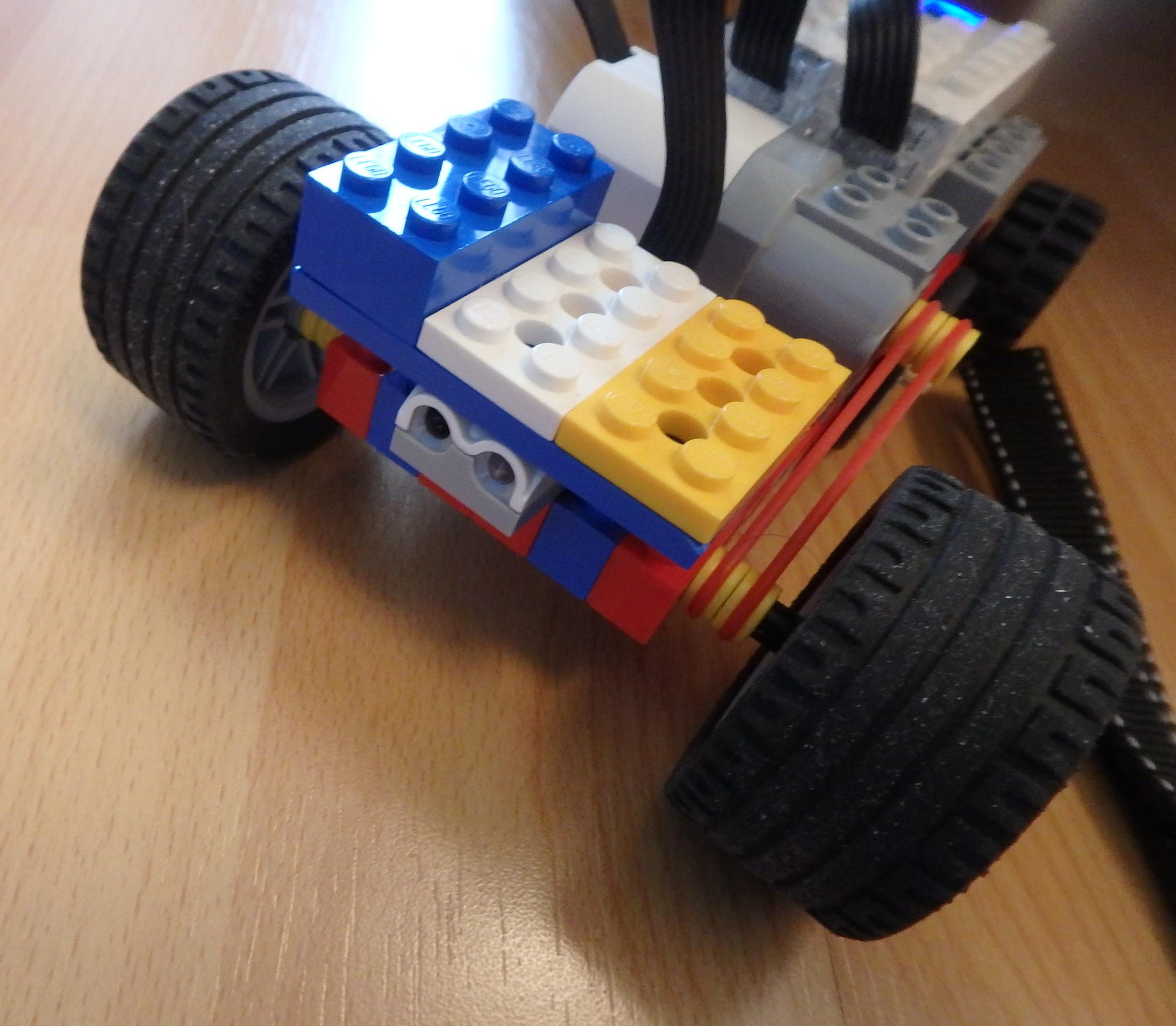 WeDo 2.0 auto s vlastným pohonom a so senzorom na čele